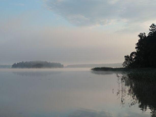 Mgły snują się nad Jeziorem Serwy