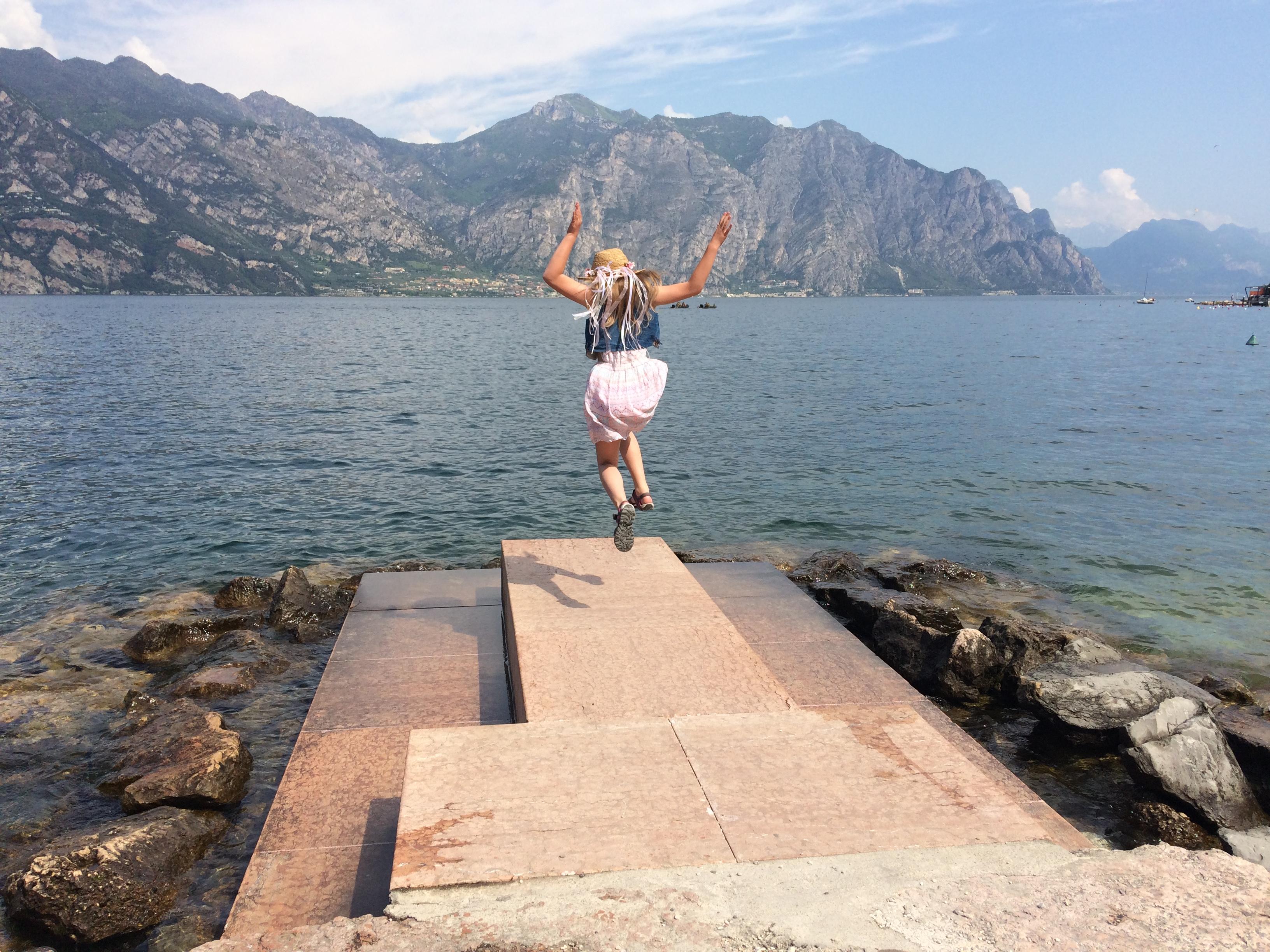 Malcesine; widok z promenady; jezioro Garda