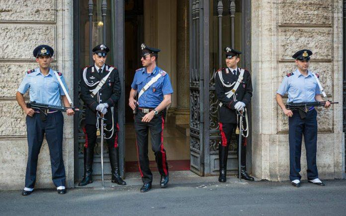 Włoski żandarm ubiera się u Armaniego