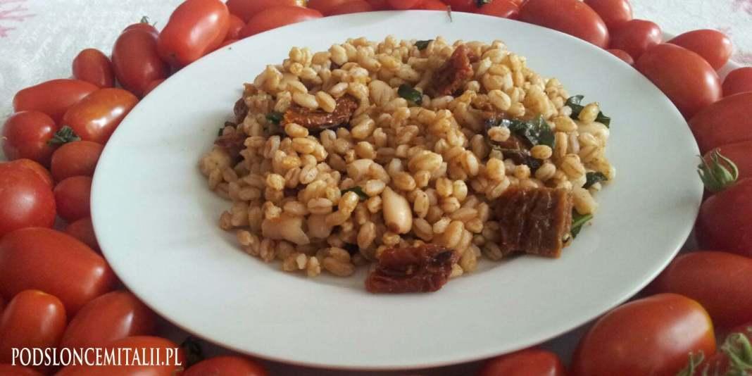 Sałatka z pszenicy farro, suszonych pomidorów, fasolki i solonej ikry z tuńczyka