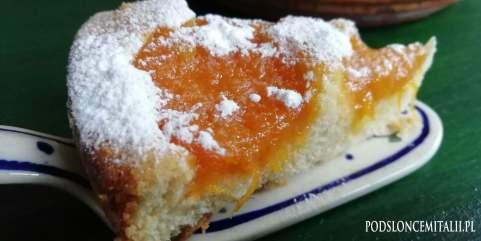 Puszyste ciasto z karmelizowanymi morelami