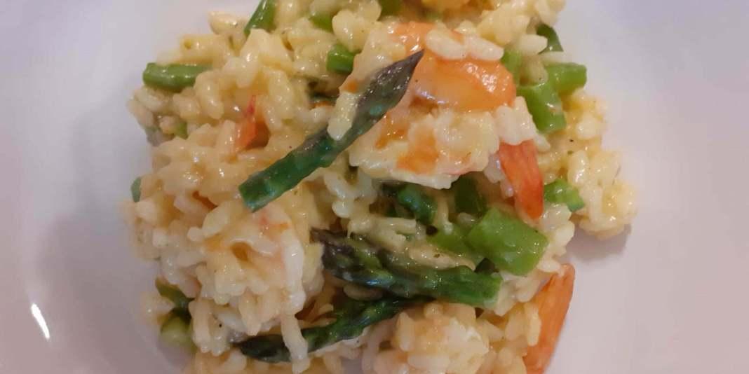 Wiosenne risotto z zielonymi szparagami i krewetkami