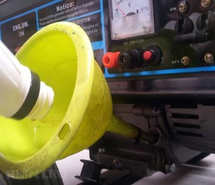 Техническое обслуживание генератора. Вливаем промывочную жидкость