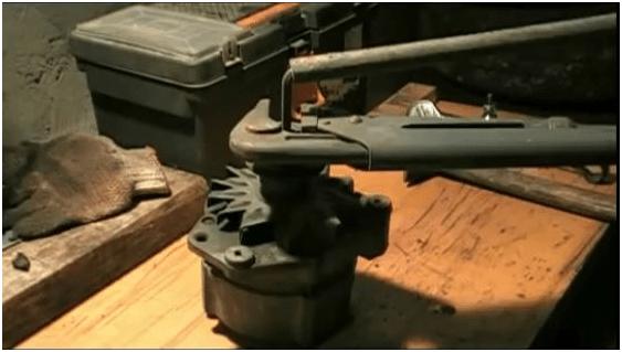Ремонт генератора автомобиля. Разводной ключ