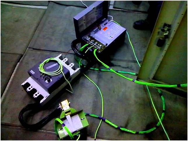 Клеммы каждого контакта поочерёдно соединяются в электрическую цепь