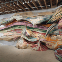 O trabalho escultural de Henrique Oliveira