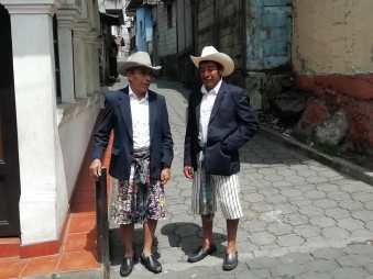 Hombres con traje tradicional de Santiago de Atitlán