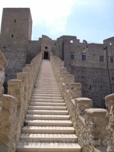 Veduta dal basso del castello di Itri.