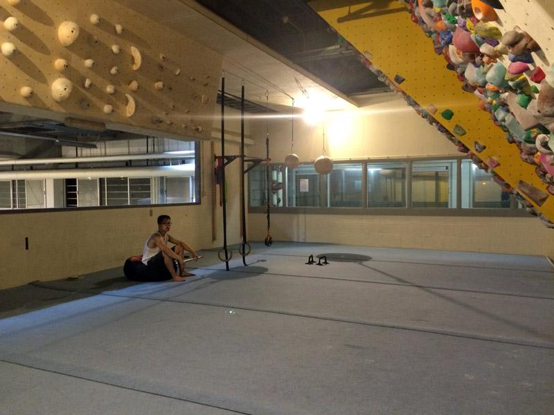 Trainingsruimte van Boulderhal Sterk met verschillende trainingstools.