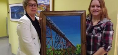 L'œuvre « Le Pont-Tracel de la rivière Boucanée » de Mélissa Boulay-Émond, honorée à l'hôtel de ville de Pohénégamook