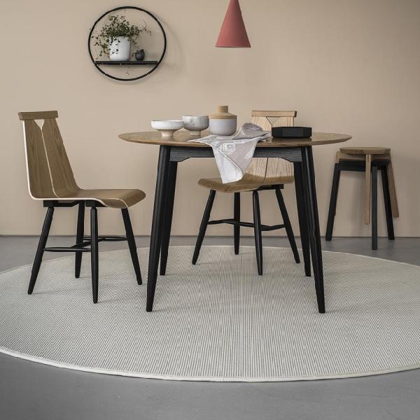 VM Carpet Esmeralda pyöreä matto valkoinen ruokaryhmän alla
