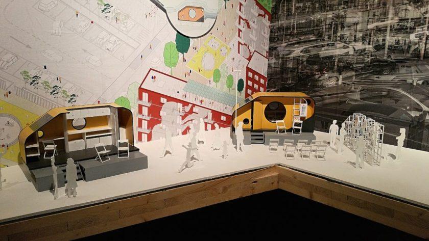 """Biennale architettura 2016 - Jeden z příkladů zajímavých nápadů, ale nedotaženého provedení: projekt přestavby přívěsu na 5 různých využití: jako polní ošetřovna, pojízdná knihovna a divadlo, sportoviště, administrativní """"budova"""" a zázemí pro zemědělce. Nápady ale zatím zůstaly jen na papíře..."""