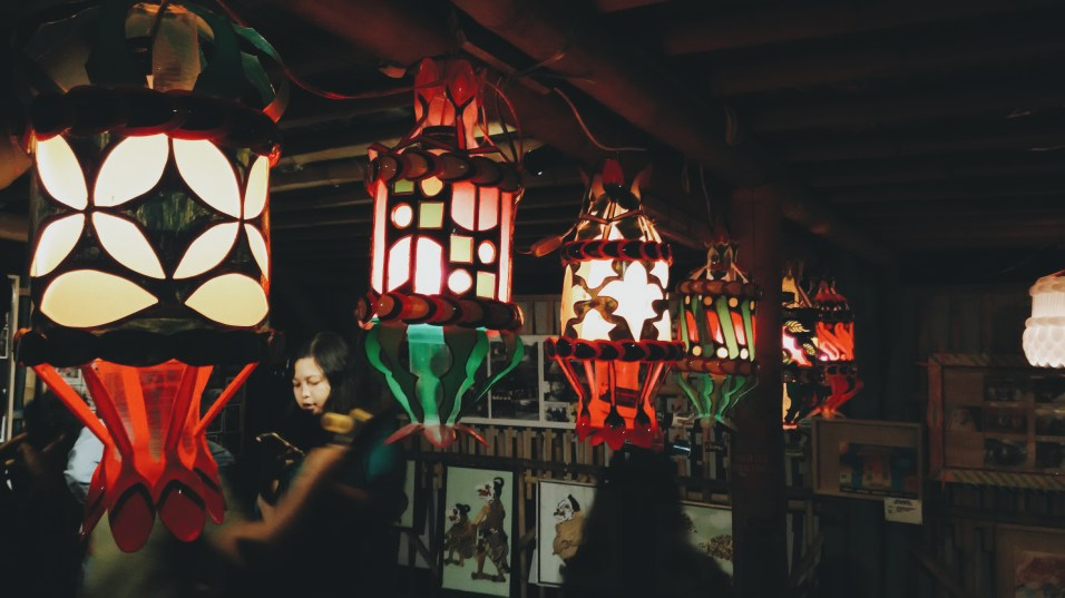 Lampu yang di hasilkan dari barang-barang bekas.