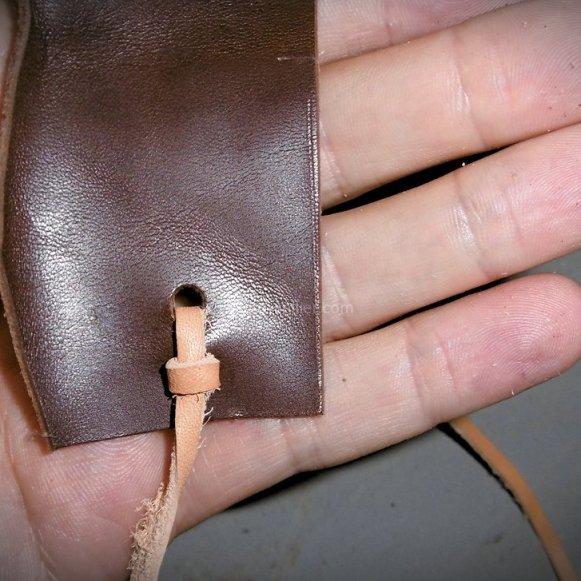 Fermeture par lacet ou sangle en cuir pour carnet ou blague à tabac