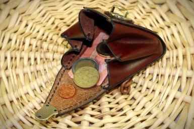 Patron gratuit et libre d'un porte monnaie trapèze à soufflets en cuir - point sellier, tithouan, maroquinerie et travail du cuir