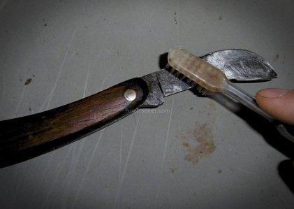 Astuce pour protéger ses outils en métal de la rouille avec un encaustique