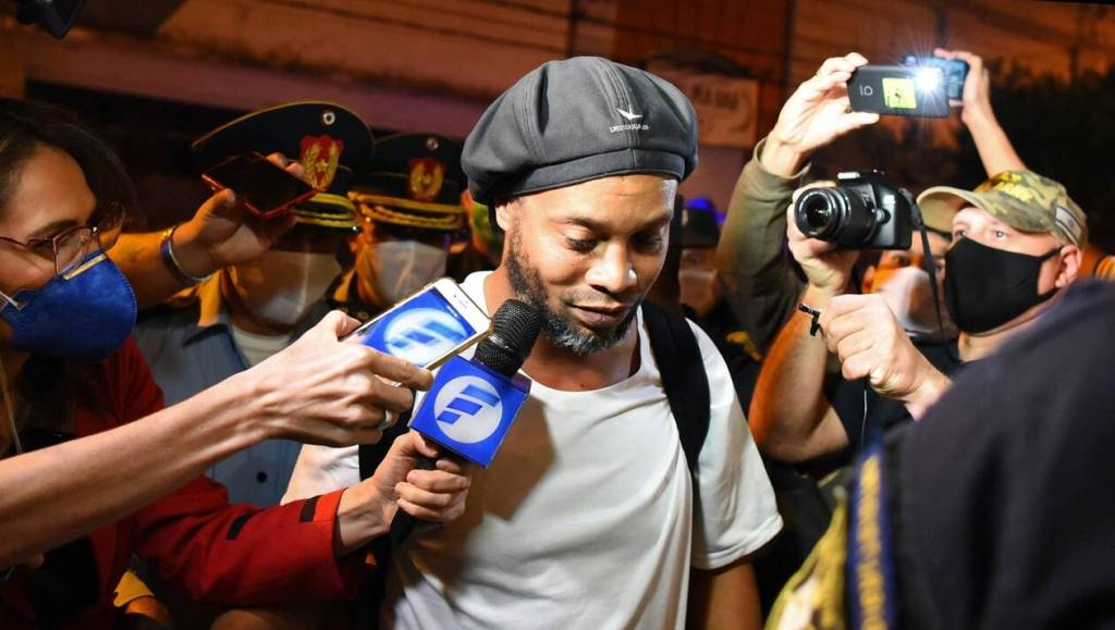 TOPSHOT - Brazilian retired football player Ronaldinho arrives at a hotel in Asuncion where he and his brother will serve house arrest after a judge ordered their release from jail on April 7, 2020.  A judge in Paraguay ordered the release of Ronaldinho and his brother Roberto Assis into house arrest after the siblings spent almost exactly a month in jail awaiting trial on charges of using false passports to enter Paraguay. Lawyers for the men posted bail of $1.6 million. / AFP / Norberto DUARTE