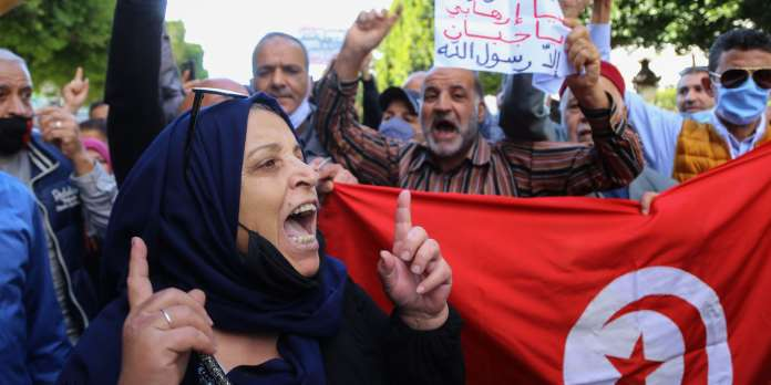 Tunisian shout slogans during a demonstration against French President Emmanuel Macron's defence of cartoons depicting the Prophet Mohammed, outside the French embassy on Habib Bourguiba avenue in the capital Tunis on October 29, 2020. / AFP / ANIS MILI