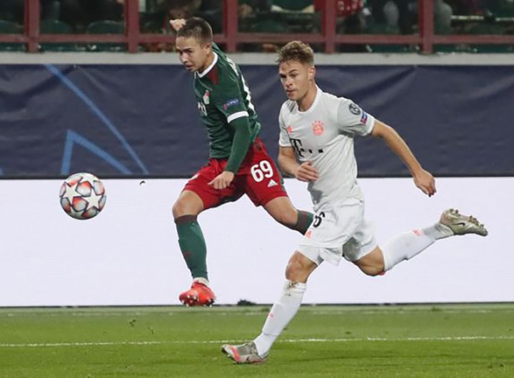 Lokomotiv Moscow's Russian midfielder Daniel Kulikov and Bayern Munich's German midfielder Joshua Kimmich vie for the ball during the UEFA Champions League football match between Lokomotiv Moscow and Bayern Munich in Moscow on October 27, 2020. (Photo by MAXIM SHIPENKOV / POOL / AFP)