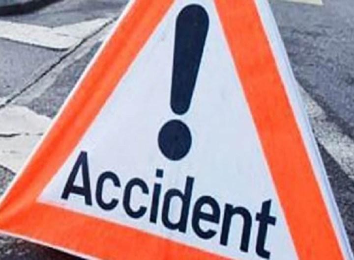 Un accident mortel est survenu, ce lundi 29 mars 2021, vers 12 heures sur la route qui traverse le quartier de l'antenne ALCATEL de Nouadhibou a appris l'Agence Tawary d'Information. Trois fillettes âgées respectivement 6, 8 et 11 ans qui marchaient au bord de la route ont été mortellement fauchées par un véhicule. Selon nos informations, le chauffeur évitait un camion qui se dirigeait vers lui avant de perdre le contrôle pour aller tomber sur les gamines. Les dépouilles ont été déposées à la morgue de l'hôpital et le chauffeur arrêté et placé en garde-à-vue en attendant d'être entendu sur les faits. Pour rappel, deux jeunes amis ont été tués, tôt, samedi, dans un accident de circulation qui s'est produit dans un quartier de la ville.