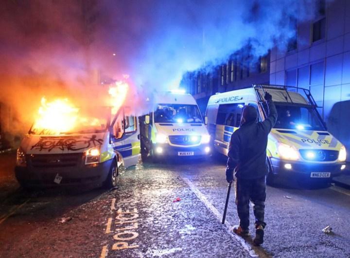 Angleterre: une manifestation dégénère à Bristol, des fourgons de police brûlés