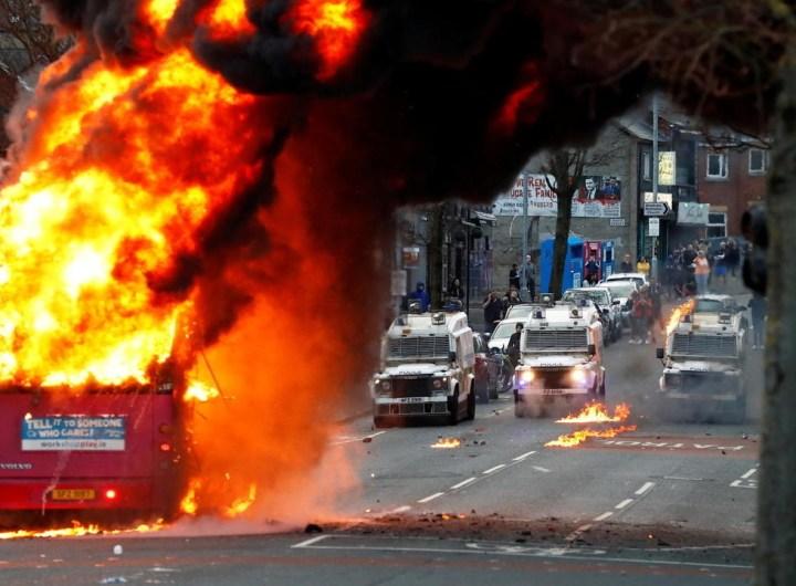 Irlande du Nord, les suites du Brexit entraînent des nuits d'émeute