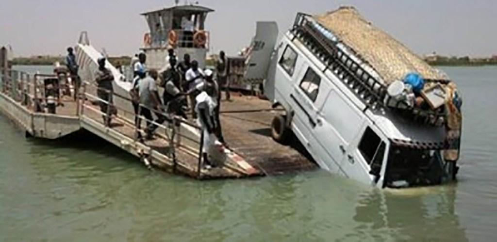 Un minibus tombe du bac de Rosso-Sénégal
