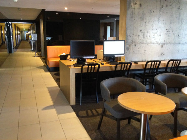 Review Hilton Sydney Executive Club Lounge Computers