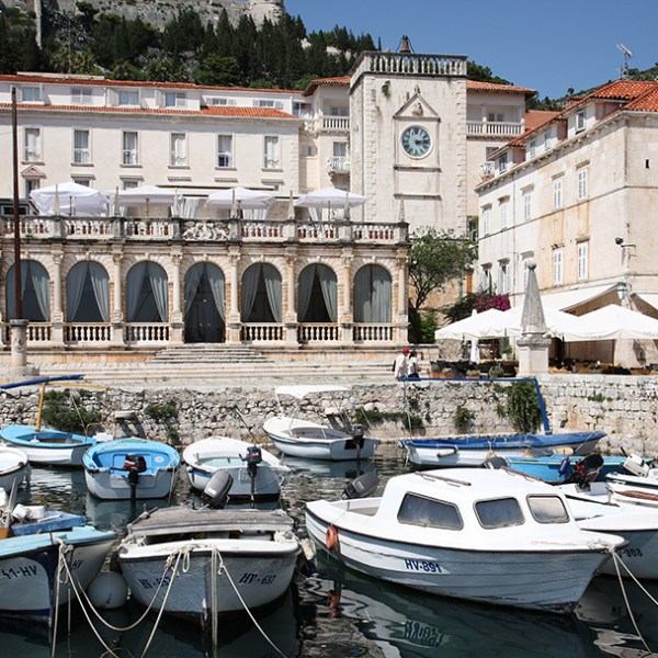 boat-hvar-pointers-travel