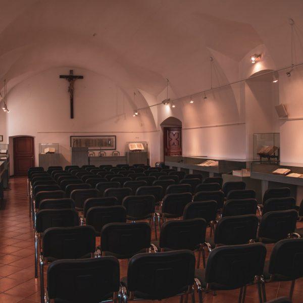 Cernik-church-pointers-travel