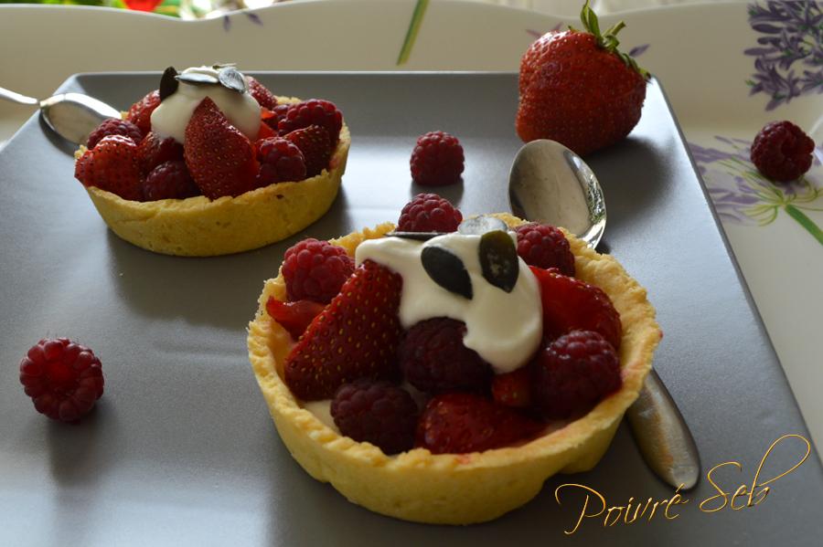 Tartelette aux fraises et framboises du jardin à la crème fouettées