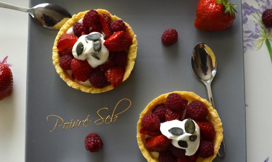 Tartelette aux fraises et framboises du jardin à la crème fouettée.