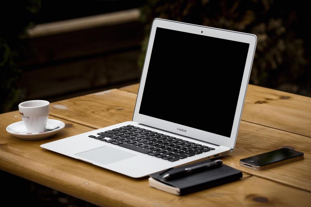 notebook-telefon-kafe-kancelar-pocitac-prace