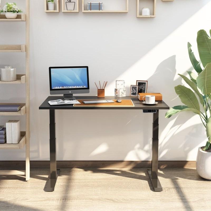 Regulowane biurko elektryczne stojÄ…ce Premium ZB-300, z kobietÄ… na rowerku