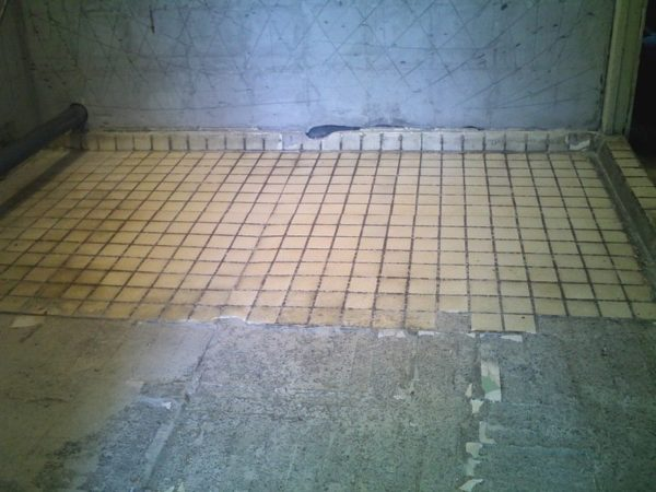 Régi csempe a padlón