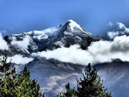 Pisang Peak throng peak highest pass