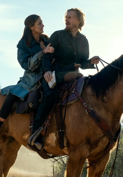 Dwight and Sherry on a Horse - Fear the Walking Dead Season 6 Episode 16