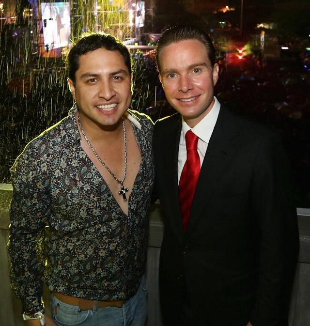 El gobernador de Chiapas, Manuel Velasco, junto con el cantante de narco corridos, Julión Álvarez.