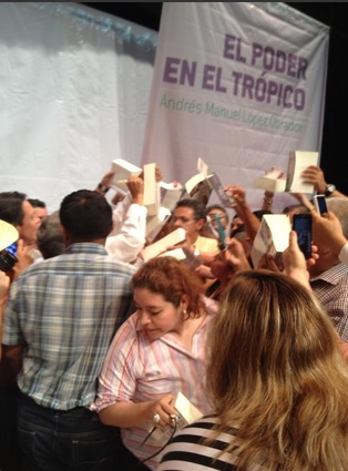 La firma de libros... Foto: Jaime Avilés.