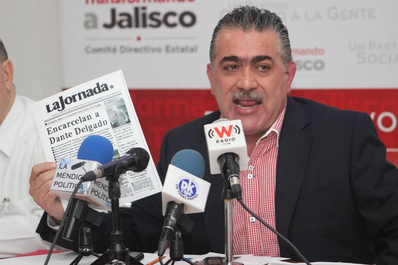 Hugo Contreras, presidente del PRI en Jalisco, presume en rueda de prensa una de las portadas de La Jornada Jalisco.
