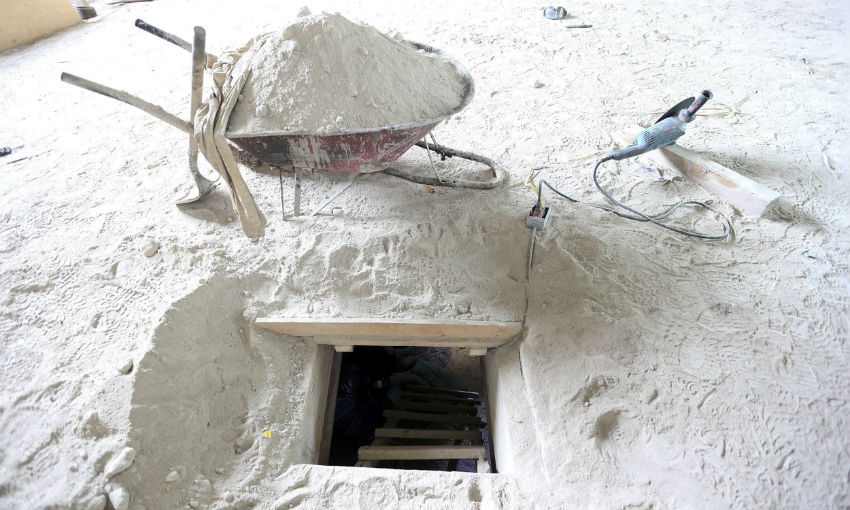 Utensilios dejados por quienes supuestamente cavaron el túnel por donde el Chapo se fuegó. Imagen distribuida por la PGR.