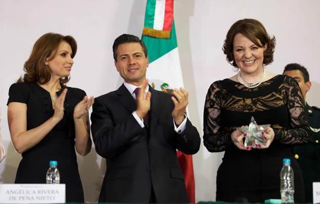María del Carmen Alanís Figueroa recibe el premio de manos de Enrique Peña Nieto.