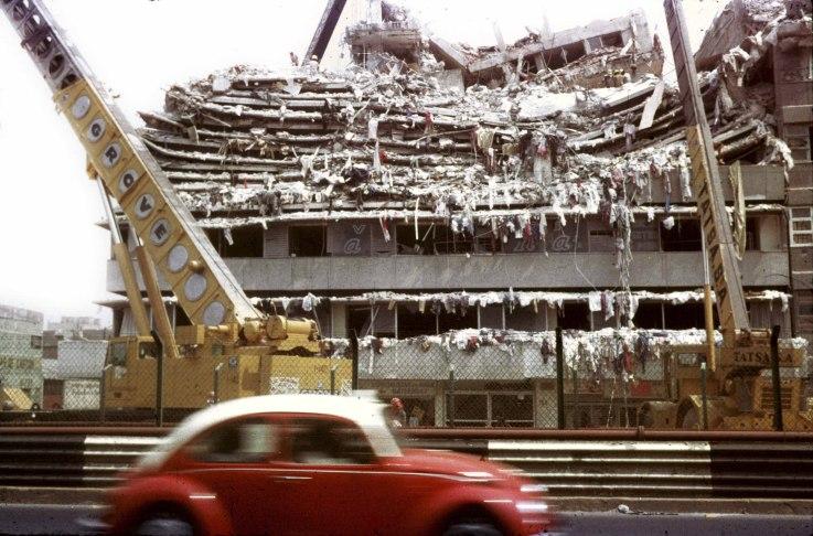 Talleres de costura en Calzada de Tlalpan, Ciudad de México, Septiembre 1985. Foto: Daniel Aguilar
