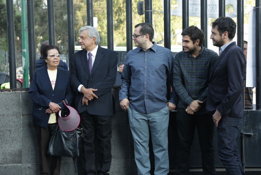 AMLO haciendo fila para votar, acompañado por sus hijos. Foto: amlo.org