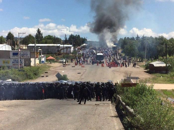 Represión de Policías Federales a maestros y habitantes de Nochixtlán, Oaxaca. Foto: Facebook