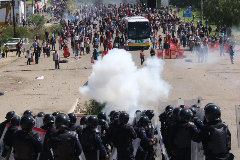 Enfrentamiento de policías con habitantes de Nochixtlán. Foto: Luis Alberto Cruz Hernandez/AP