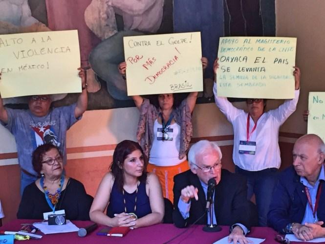 El obispo Raúl Vera junto a Gilberto López y Rivas durante rueda de prensa sobre represión en Oaxaca. Foto: César Octavio Huerta