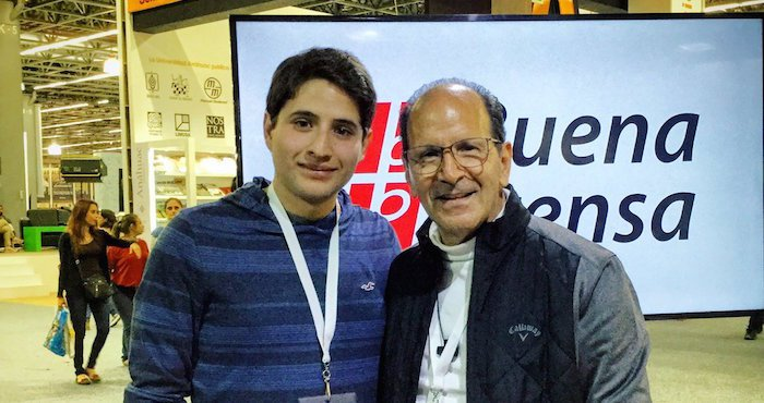 El padre Alejandro Solalinde con un joven en la FIL. Foto: Daniel Piña/Twitter