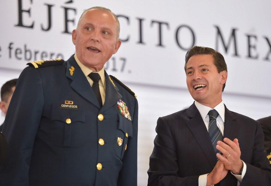 Salvador Cienfuegos y Enrique Peña Nieto en el día del Ejército. Foto: Especial