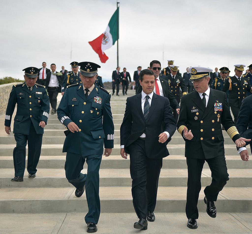 Enrique Peña Nieto junto al secretario de la Defensa Nacional, Salvador Cienfuegos y el titular de la Marina, Francisco Vidal Soberón. Foto: Especial